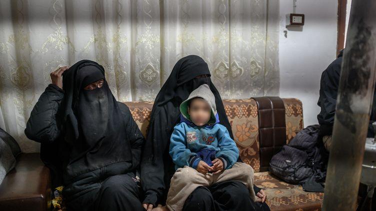Deux Françaises détenues dans le camp d'Al-Hol en Syrie, le 17 février 2019. (BULENT KILIC / AFP)