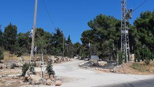 Accès à une colonie israélienne. (FRÉDÉRIC MÉTÉZEAU / RADIO FRANCE)