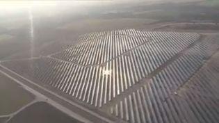 Un immense champ de panneaux solaires présenté dans le zapping des régions, le 14 novembre 2012. (FRANCE 3 / FRANCETV INFO)