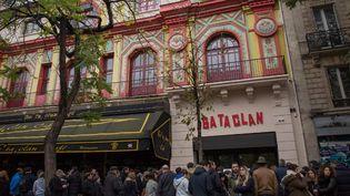 Les gens se rassemblent devant le Bataclan pour se recueillir un an après les attaques du 13 novembre (2016)  (IRINA KALASHNIKOVA / SPUTNIK)