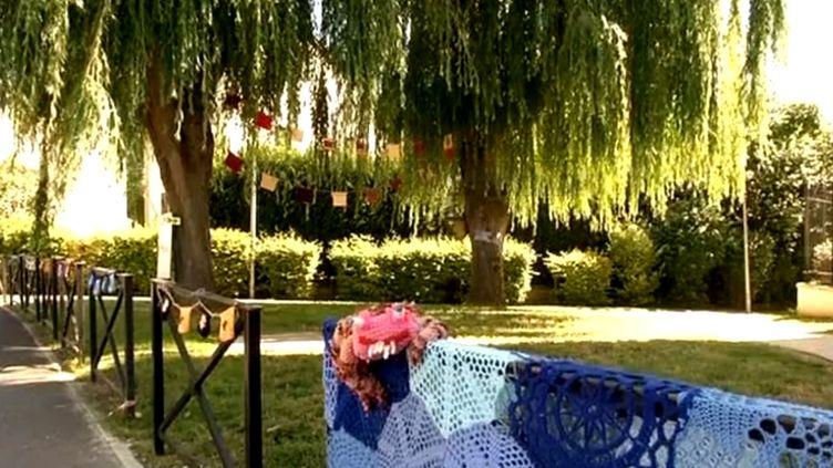A Persan, les adeptes du Yarn Bombing donnent des couleurs à la ville  (Persan)