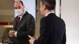 Le Premier ministre Jean Castex et le ministre de la Santé Olivier Véran lors du point presse du jeudi 18 mars 2021. (MARTIN BUREAU / AFP)