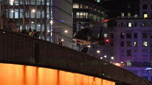 Un hélicoptère de secours d'urgence se pose sur le London Bridge après une attaque terroriste à Londres (Royaume-Uni), le 3 juin 2017. (CHRIS J. RATCLIFFE / AFP)