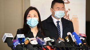 """Une responsabledu Bureau de la criminalité commerciale de Hong Kong s'exprime devant la presse, le 30 décembre 2020, après le retour de deux mineurs détenus en Chine pour """"passage illégal de frontière"""", en août. (PETER PARKS / AFP)"""