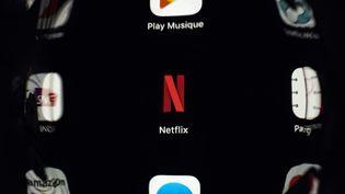 L'application Netflix sur une tablette. (LIONEL BONAVENTURE / AFP)