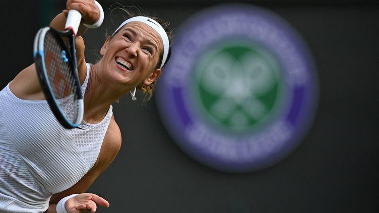 Victoria Azarenka au service contre Sorana Cirstea à Wimbledon, le 1 juillet 2021. (BEN STANSALL / AFP)