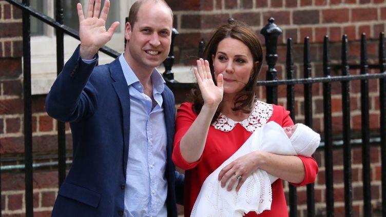 Le prince William et Kate Middleton présentent leur troisème enfant, le 23 avril 2018. (ISABEL INFANTES / AFP)