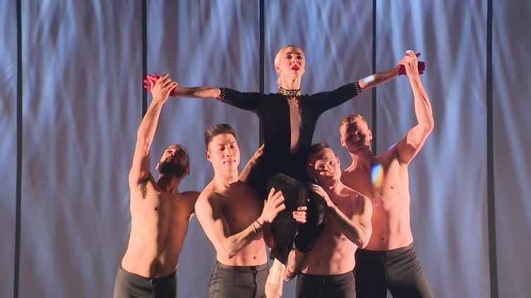 Adrienne Canterna, la créatrice de la troupe Rock the Ballet avec les danseurs. Paris, Salle Pleyel, mars 2020. (S. Hemar / France Télévisions)