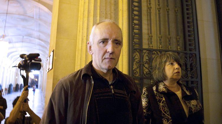 Dany Leprince, condamné à perpétuité pour un quadruple meurtre commis en 1994 dans la Sarthe, arrive le 6 avril 2011 au Palais de justice de Paris. (MIGUEL MEDINA / AFP)