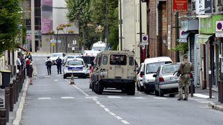 Un soldat patrouille lors d'une opération antiterroriste à Villejuif (Val-de-Marne), le 6 septembre 2017. (CITIZENSIDE / PATRICE PIERROT / AFP)