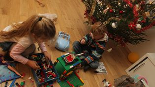 Les jouets traditionnels comme les lego ou les barbies restent des valeurs sûres au pied du sapin. (MAXPPP)