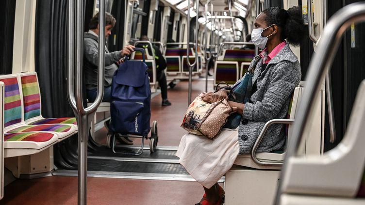 Des passagers dans la ligne 1 du métro parisien, le 4 mai 2020. (BERTRAND GUAY / AFP)