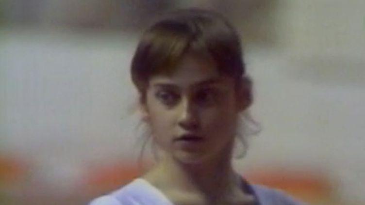 Le 12 novembre marque l'anniversaire de Nadia Comaneci, une immense championne désormais âgée de 59 ans. L'occasion de revenir sur la carrière de la gymnaste, la première à avoir décroché une note parfaite aux Jeux olympiques, en 1976. (FRANCE 2)