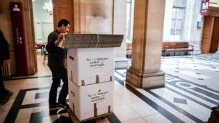 Un déménageur transporte des cartons au palais de justice de Paris, le 11 avril 2018. (STEPHANE DE SAKUTIN / AFP)