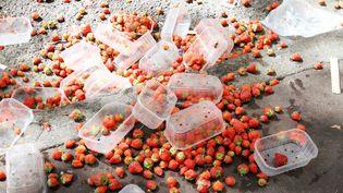 Des fraises jetées à la fin d'un marché à Toulouse (Haute-Garonne), le 19 septembre 2011. (MAXPPP)