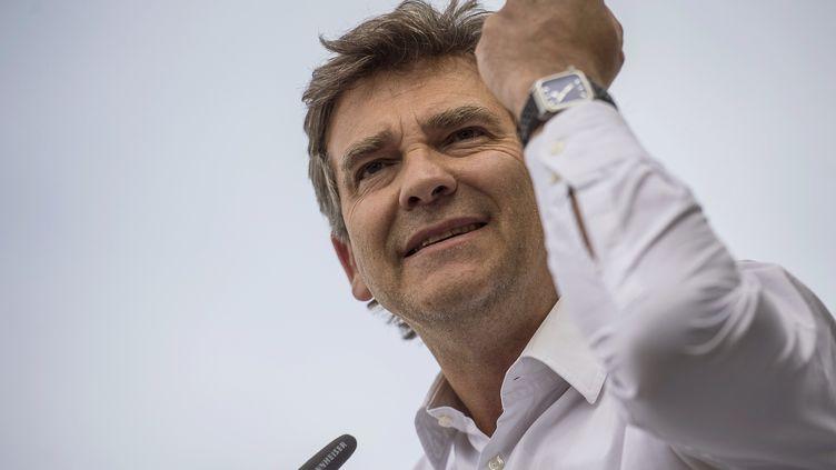 Le ministre de l'Economie, Arnaud Montebourg, lève son poing pendant son discours, le 24 août 2014, lors de la Fête de la rose, à Frangy-en-Bresse (Saône-et-Loire). (JEFF PACHOUD / AFP)