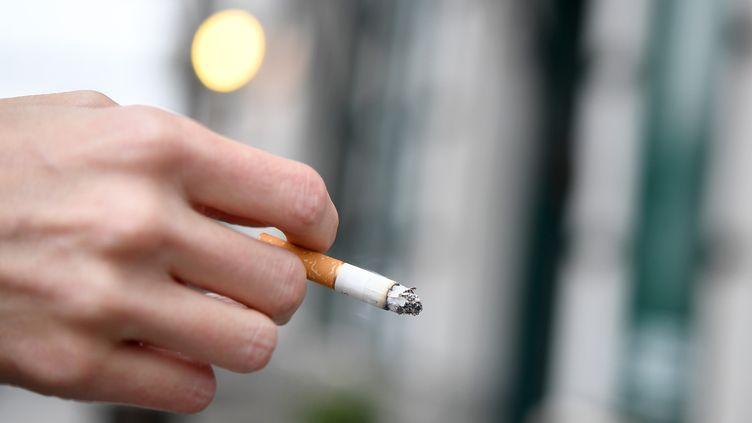 En juillet 2019, six jeunes ont été intoxiqués en fumant une cigarette roulée offerte dans la rue à Roanne (Loire). (HELMUT FOHRINGER / APA-PICTUREDESK / AFP)