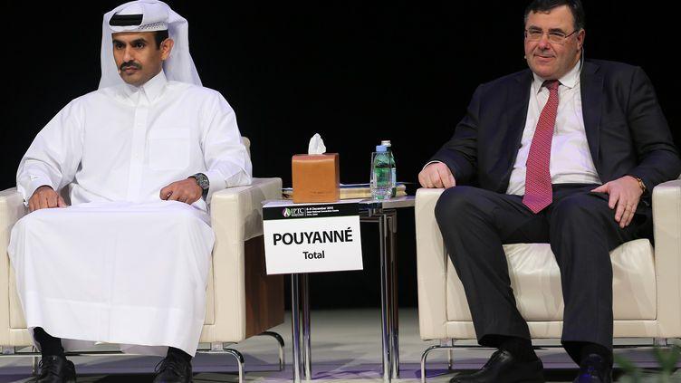 Les présidents de Qatar Petroleum, Saad Sherida al-Kaabi (à gauche), et de la firme française pétrolière Total, Patrick Pouyanné, pendant la 9e conférence sur la technologie pétrolière dans la capitale du Qatar, Doha, le 7 décembre 2015. (KARIM JAAFAR / AL-WATAN DOHA / AFP)