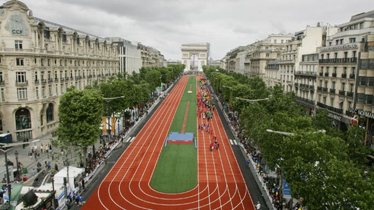 L'avenue des Champs-Elysées recouverte d'une piste d'athlétisme à l'occasion d'une fête pour l'obtention des JO