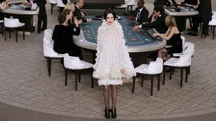 Le défilé Haute couture automne hiver 2015-2016 de la maison Chanel transforme le Grand Palais en Casino royal  (PATRICK KOVARIK / AFP)