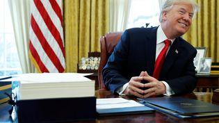 Donald Trump dans son bureau de la Maison blanche, à Washington, aux États-Unis, le 22 décembre 2017. (JONATHAN ERNST / REUTERS)