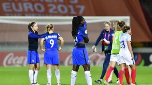 Les joueuses françaises après leur défaite face à l'Angleterre, le 30 juillet 2017, aux Pays-Bas. (TOBIAS SCHWARZ / AFP)