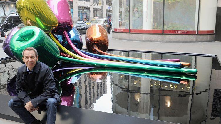 "L'artiste Jeff Koons devant sa sculpture ""Tulipes"", New York, 2012  (Jamie McCarthy / GETTY IMAGES NORTH AMERICA / AFP)"