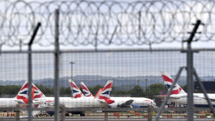 Des avions de la compagnie aérienne British Airways, à l'aéroport Londres-Gatwick,le 1er mai 2020. (BEN STANSALL / AFP)