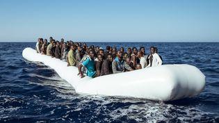 Une embarcation transportant des migrants est interceptée au large des côtes libyennes, le 11 septembre 2016. (MARCO PANZETTI / NURPHOTO / AFP)