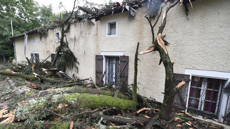 Les dégâts provoqués par les orages sur une maison de Montauban (Tarn-et-Garonne), le 1er septembre 2015. (PASCAL PAVANI / AFP)
