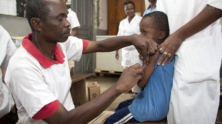 Un enfant bénéficie d'une vaccination contre la rougeole, le 27 février 2019, dans le village malgache d'Anivorano. (MAMYRAEL / AFP)