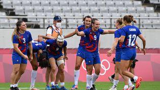 La joie des joueuses de l'équipe de France de rugby à 7, après leur victoire contre la Grande-Bretagne en demi-finale du tournoi olympique, samedi 31 juillet. (GREG BAKER / AFP)