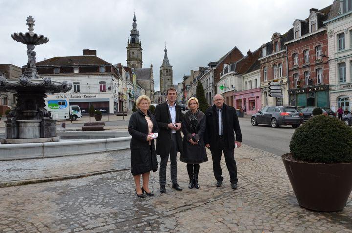 Les candidats Laurent Coulon et Valérie Lheureux (au centre), entourés par leurs suppléants, Josine Montay et William Lemaire,le 25 mars 2015 au Cateau-Cambrésis (Nord). (THOMAS BAIETTO / FRANCETV INFO)