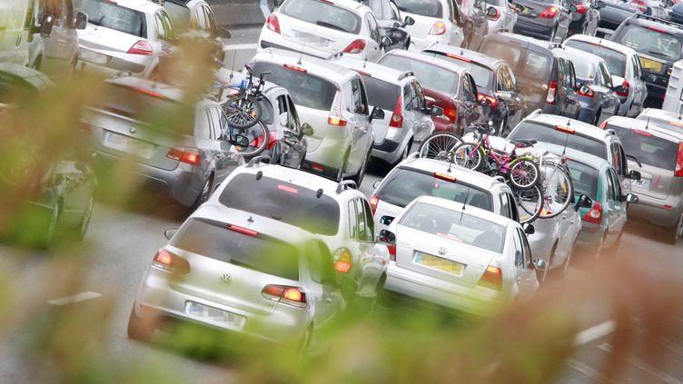 Des voitures dans les embouteillages près de Cestats (Gironde), le 16 juillet 2011. (PATRICK BERNARD / AFP)