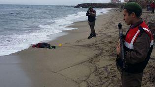 Les garde-côtes turcs ont retrouvé des corps sur la plage de Dikili (Turquie), le 5 janvier 2016. (TAYLAN YILDIRIM / DOGAN NEWS AGENCY)