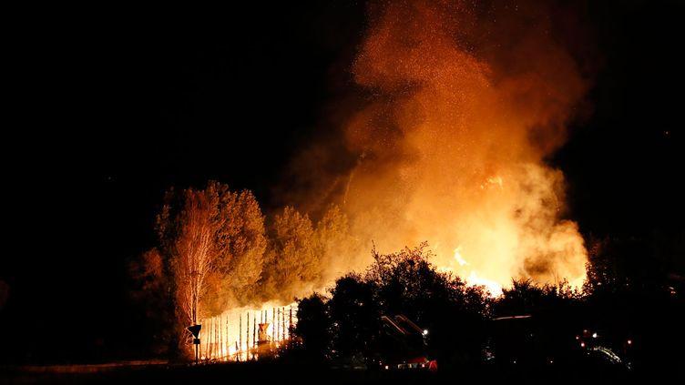 (Une entreprise qui fabrique des palettes de bois à Persan a été incendiée © Thomas SAMSON / AFP)