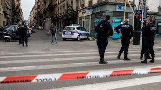 Des policiers aux abords de la place Bellecour, à Lyon (Rhone), près du site où une explosion a fait treize blessés, le 24 mai 2019. (NICOLAS LIPONNE / NURPHOTO / AFP)