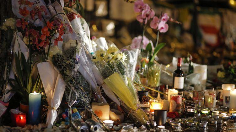 Des fleurs et des bougies déposées devant le Bataclan en hommage aux victimes de l'attentat du 13-Novembre revendiqué par l'Etat islamique, le 16 novembre 2015 à Paris. (STEPHANE ALLAMAN / SIPA)