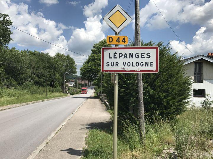 L'entrée de Lépanges-sur-Vologne (Vosges), le 15 juin 2017. (ROBIN PRUDENT / FRANCEINFO)