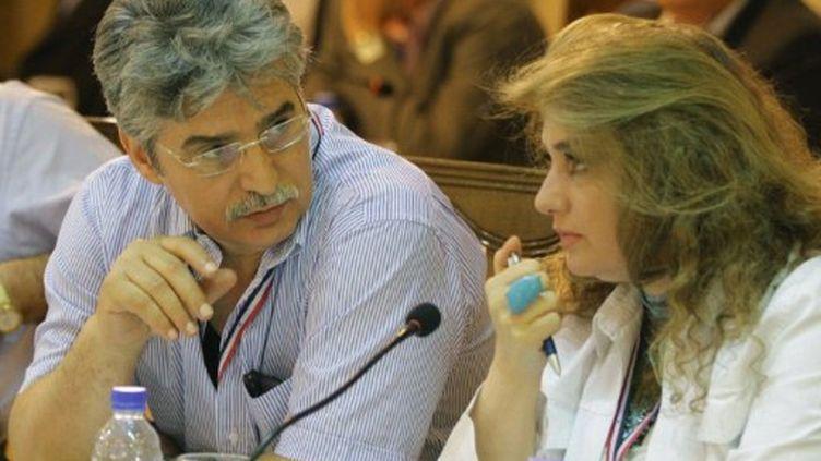 """Deux acteurs syriens lors du dernier jour du """"dialogue"""" instauré par les autortés syriennes, à Damas le 12 juillet 2011 (AFP/Louai Beshara)"""