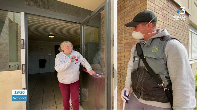 Confinement : les gardiens d'immeubles assurent un lien social avec les plus isolés