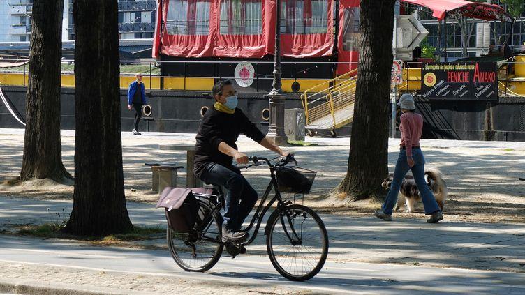 Lors du déconfinement, le vélo pourrait être un outil majeur dans la mobilité urbaine, comme ici à Paris, le 22 avril 2020. (VANESSA DESCOURAUX / RADIO FRANCE)