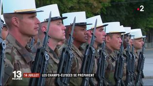 À quatre jours du défilé du 14-Juillet, les répétitions s'enchaînent sur les Champs-Élysées (Paris). Les derniers réglages s'opèrent dès les premières lueurs du jour. (FRANCE 2)