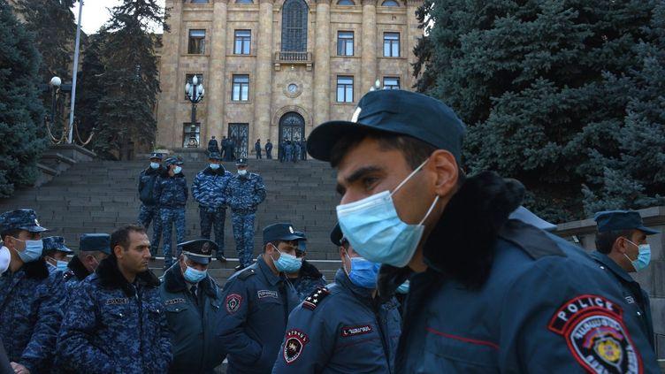 Des policiers arméniens gardent le Parlement après l'accord visant à mettre fin aux combats avec l'Azerbaïdjan devant le siège du gouvernement à Erevan, le 10 novembre 2020. (KAREN MINASYAN / AFP)