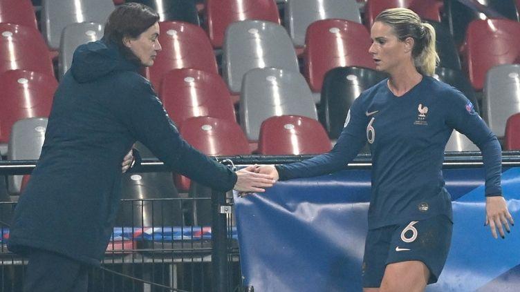 Corinne Diacre et Amandine Henry lors du match face à l'Autriche en qualifications à l'Euro 2022 (DAMIEN MEYER / AFP)