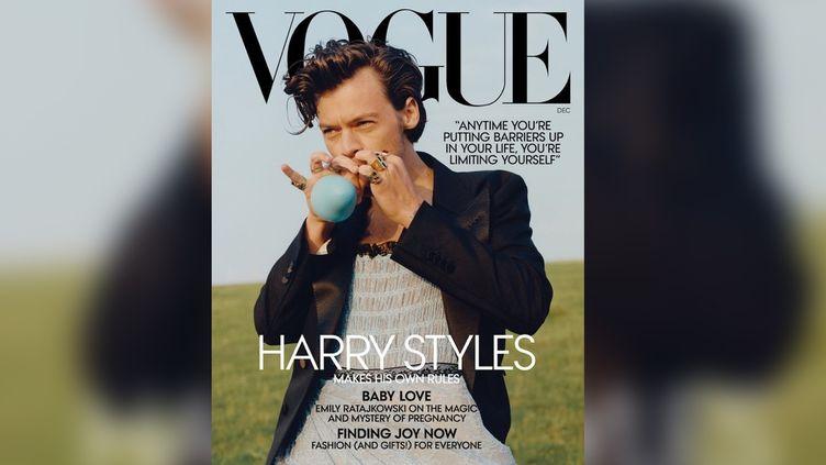 La chanteur Harry Styles en Une du magazine Vogue du mois de décembre. (VOGUE)