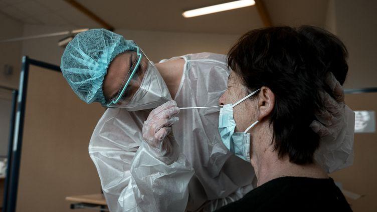 Un test antigénique réalisé à Tours (Indre-et-Loire), le 15 janvier 2021. (S?BASTIEN PONS / HANS LUCAS / AFP)