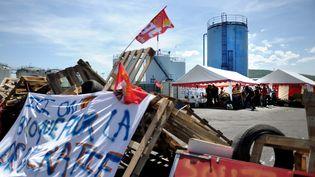 Le dépôt de carburant de Cournon-d'Auvergne (Puy-de-Dôme), bloqué par des opposants à la loi Travail, le 21 mai 2016. (MAXPPP)