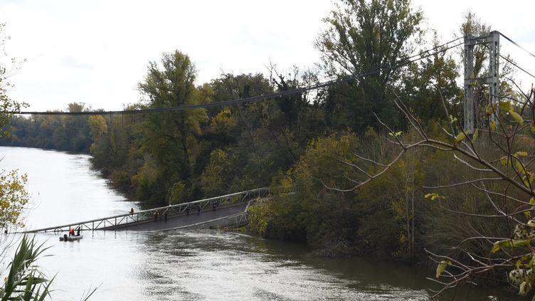 Les secours sont à l'œuvre dans le Tarn, lundi 18 novembre 2019, après l'effondrement d'un pont suspenduà Mirepoix-sur-Tarn (Haute-Garonne). (ERIC CABANIS / AFP)