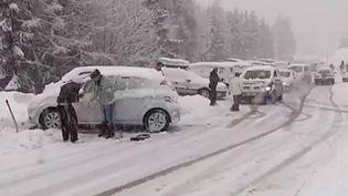Des automobilistes contrariés par la neige, le 28 février 2014, en région Rhône-Alpes. (FRANCE 2 / FRANCETV INFO)